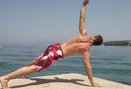 VIDEO: Kako aktivirati 12 mišic z eno vajo